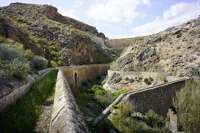 Pantano de Isabel II ~ hier kreuzen sich die Wasserkanäle