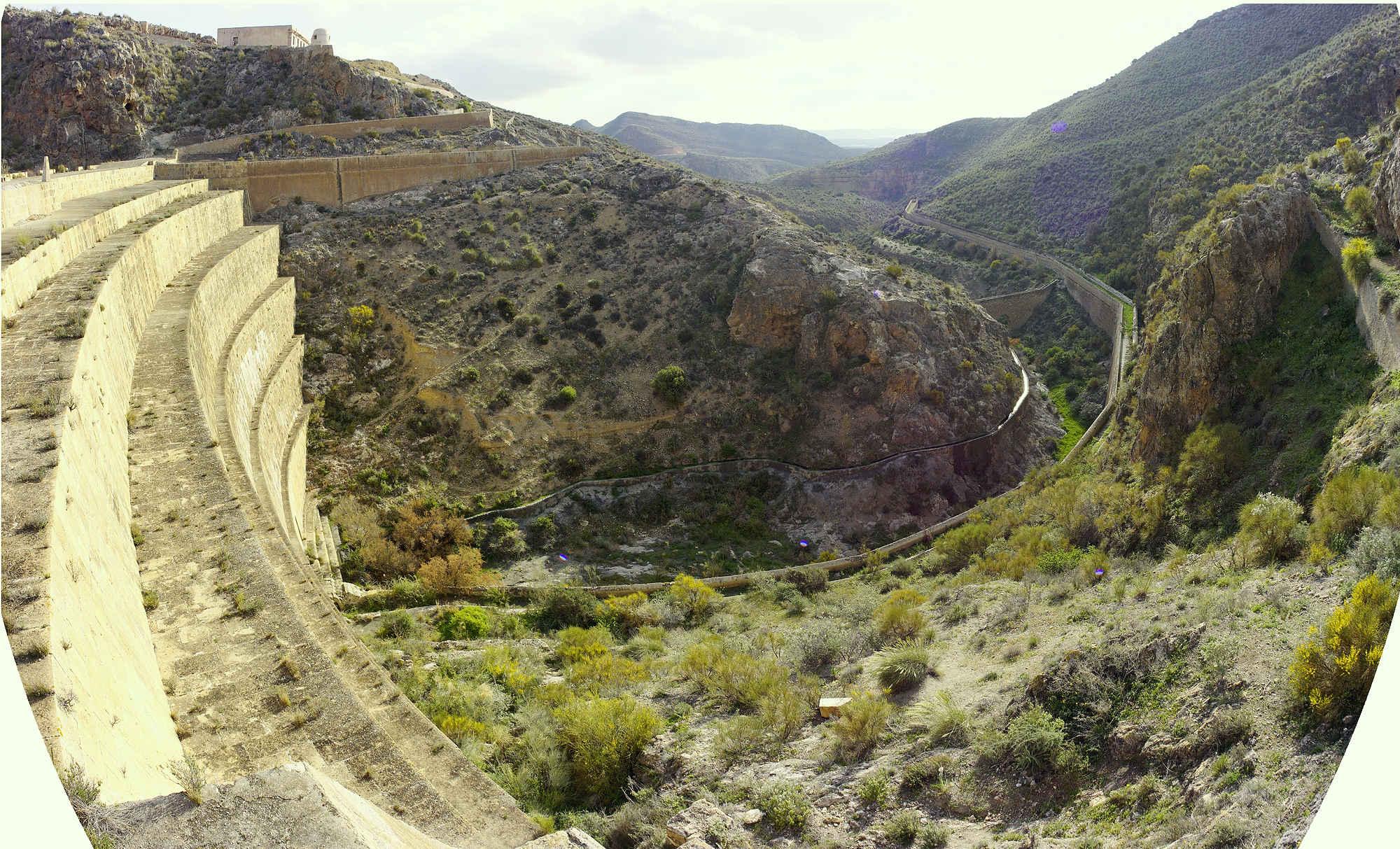 * Blick von der Kante der Staumauer ins Tal ~ Fisheye Composit *