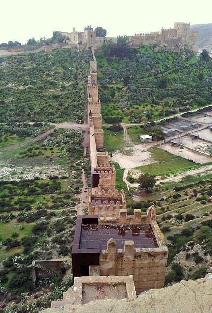 Alcazaba von Almería ~ ein Teil der Festungsmauer durchspannt ein Tal