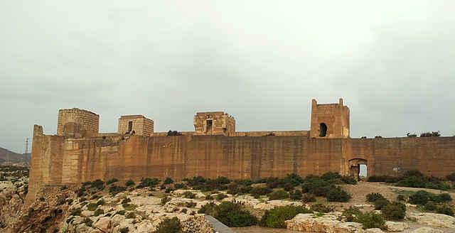 Teil der Festungsmauer der Alcazaba von Almería ~ das Tor war mein Unterschlupf