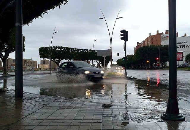 Stunden nach dem Regen stehen noch viele Kreuzungen unter Wasser