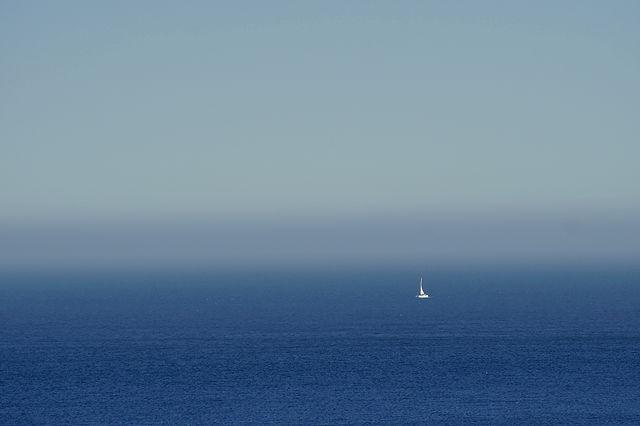 ein schmaler Streifen Nebel unter dem Horizont