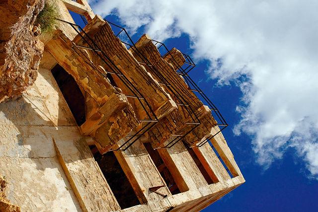 Maschinenturm ~ der Beton bröckelt, an Metall gibt es nur noch verrostete Armierung zu sehen