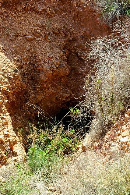 Mineneingang ~ hier nur als Loch im Boden