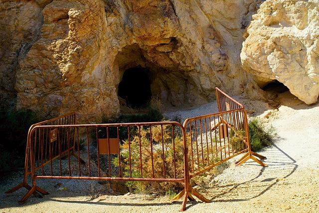 Mine Abellan  ~ der Eingang in den Berg. Zwischen den Absperrungen davor verbirgt sich . . .