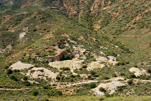 Mine Abellan von oben, hinter Rodalquilar ~ der Eingang in den Berg