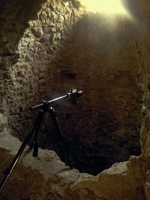 die Kamera am Galgen, der umgelegten Mittelsäule, über dem Mäuerchen am Schacht
