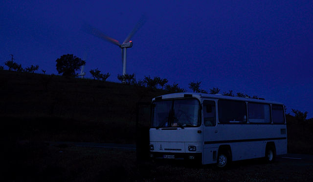 der alte Herr Magirus und die moderne Windmühle in der Morgendämmerung