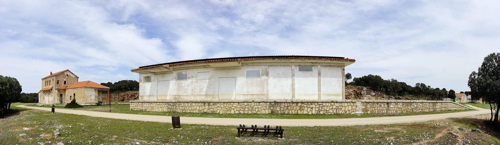 * die komplette Bahnhofsanlage, mitten in der Pampa *