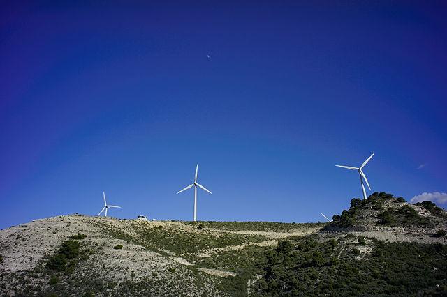 Suchbild mit Magirus ~ Platz auf der Kante vor den Windmühlen