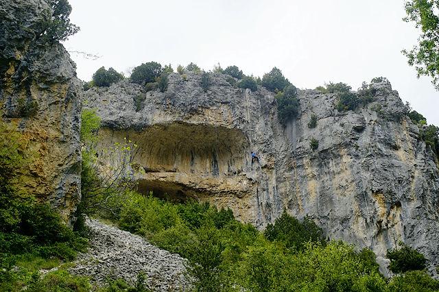 hinter Rodellar ~ überhängende Felswände mit Terrassen . . .