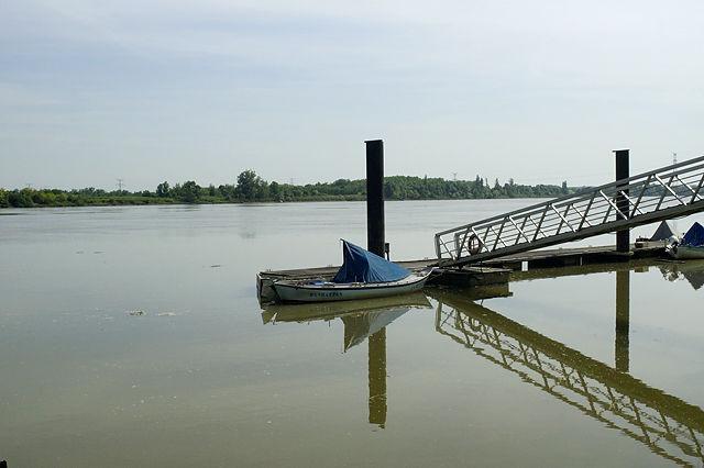 ein Boot namens Manhattan, geparkt auf La Dordogne