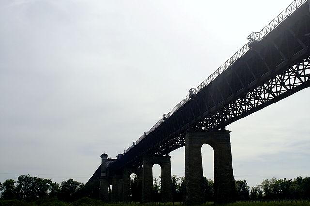 die Eisenbahnbrücke über die Dordogne im Anlauf