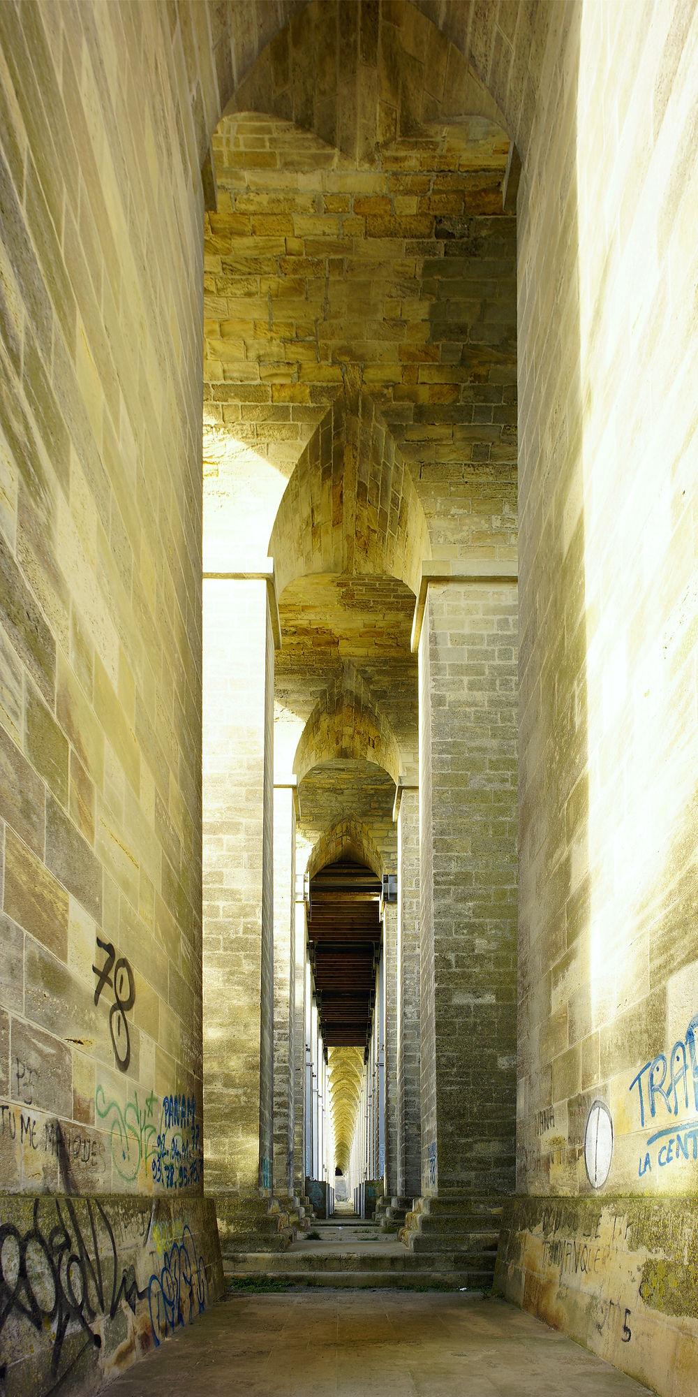 * die alte Straßenbrücke ~ Stützbögen aus Kalkstein wie in Kathedralen *