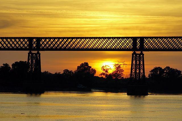 Sonnenuntergang unter der Eisenbahnbrücke über die Dordogne bei Cubzac-les-Pont