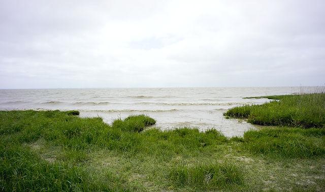 La Gironde, Flut leckt am Uferrand