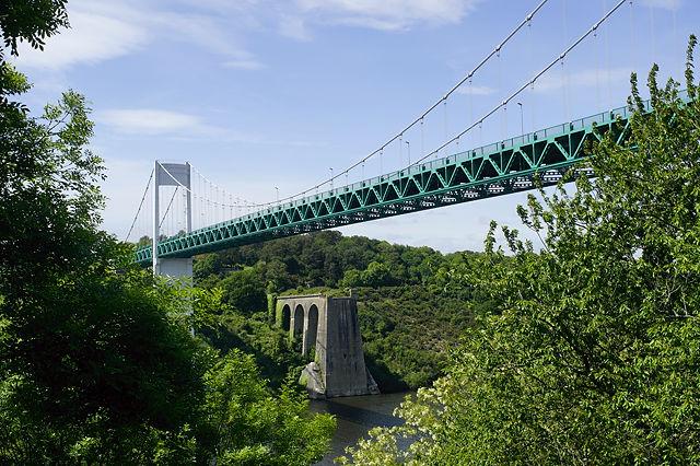 unter/hinter der Hängebrücke über die Vilaine bei La Roche-Bernard die Fundamente der alten Brücke