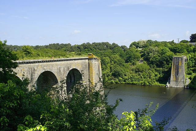 Fundamente der alten Brücke über die Vilaine bei La Roche-Bernard