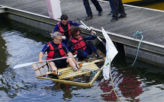 Floß mit Seniorpaddler ~ liegt etwas tief im Wasser