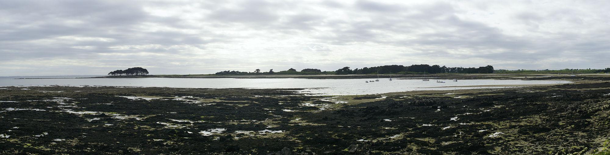 * Blick über die Bucht vom Dolmen de Pierres Plates, bei Locmariaquer *
