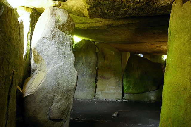 im Inneren des Dolmen Mané Rethual (Locmariaquer)