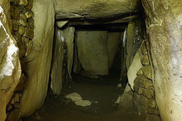 im Innern des Dolmen des Pierres Plates