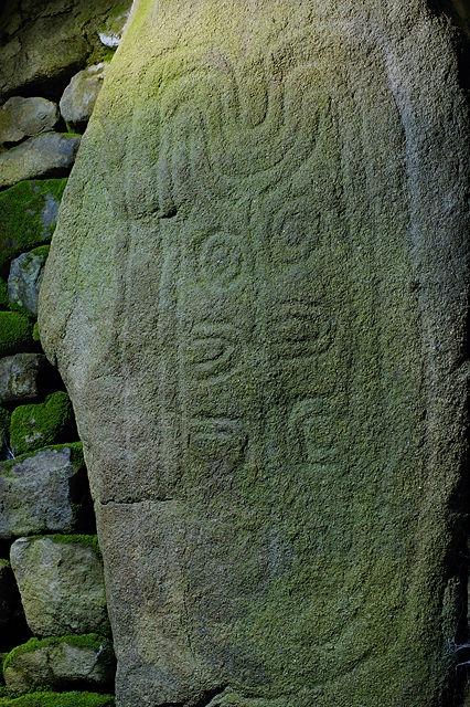 Gravur im Innern des Dolmen des Pierres Plates
