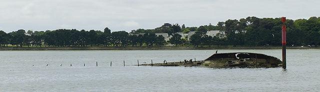 vor dem Bunker von den Deutschen versenkte Schiffe, zur Abwehr von Fliegertorpedos