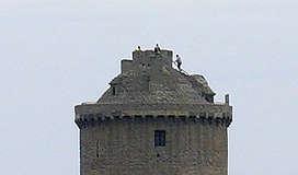 Fort la Latte ~ bei genauerem Hinsehen klettern Ritter? oder doch Touristen? auf dem Turmdach herum
