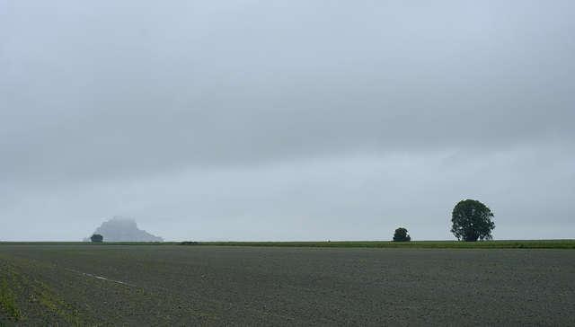 gibts da was zu sehen? der Schatten links am Horizont ~ Mont Saint Michel ~ grau und Regen