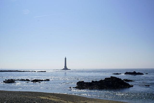 Leuchtturm am Cap de la Hague ~ flott fließt die Flut heran
