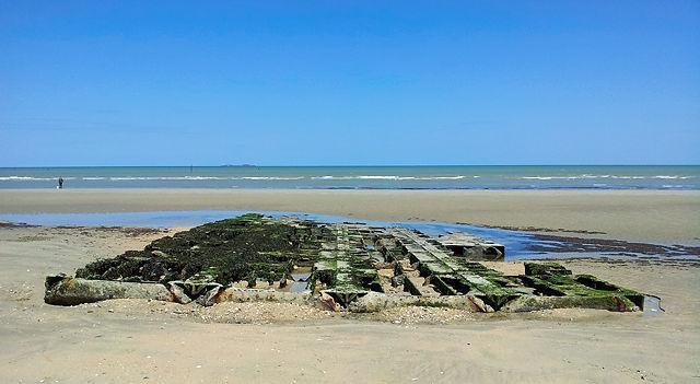 verrostete Überreste einer Landungsbrücke? am Strand von Utah Beach