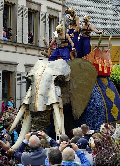 ein gepanzerter Kampfelefant macht die Stadt unsicher!