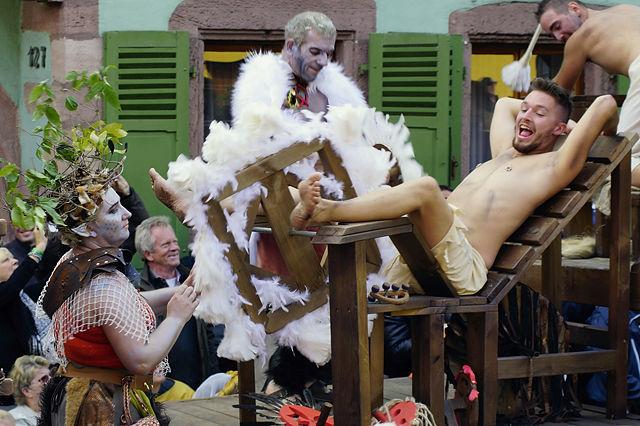 Orgie ~ ein mit Federn besetztes Rad kitzelt die sensitiven Teile des Helden ;)