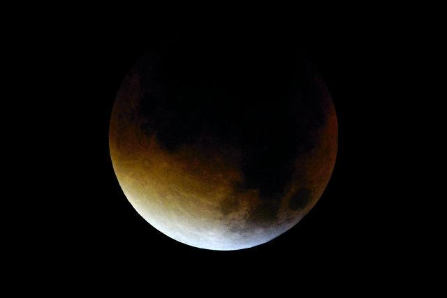 4:13 Uhr, f:8, 1sec, ISO400 ~ scharfe Sichel und Halbschatten, der volle Schatten versinkt in der Dunkelheit