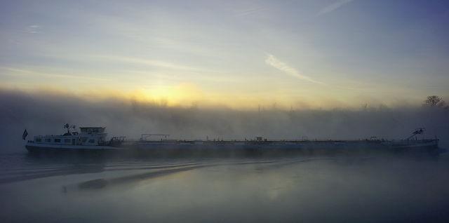noch vor Sonnenaufgang ~ Rheinkahn in Nebelschwaden . . .