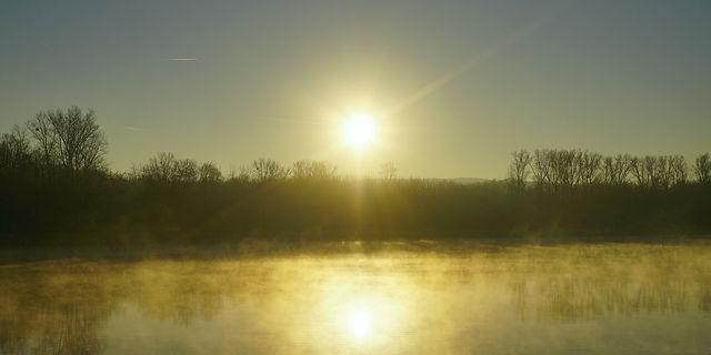 da ist sie wieder, ersehnt nach fast drei Minusgraden beim Aufstehen: Sonnenaufgang mit Nebelflöckchen