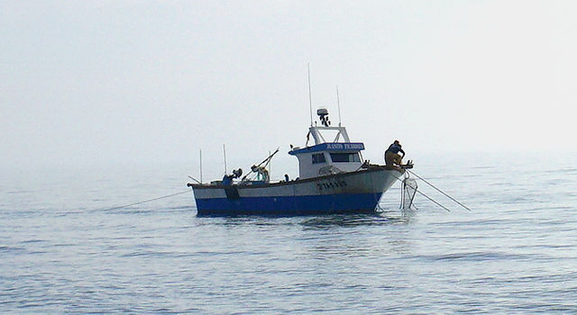 übrig vom Vortag: arbeitende Bevölkerung, Fischer vor dem Strand