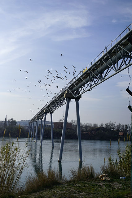 Ebro, quer mit Pipelinebrücke und Möven
