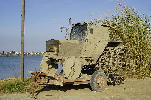 Traktor zur Vorbereitung der Reisfelder