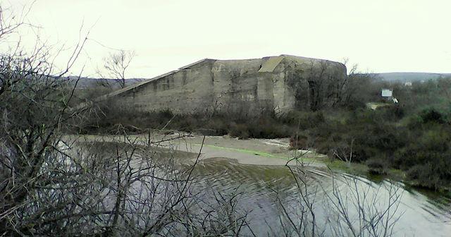 ein vergessener Bunker mitten im Sumpf . . .
