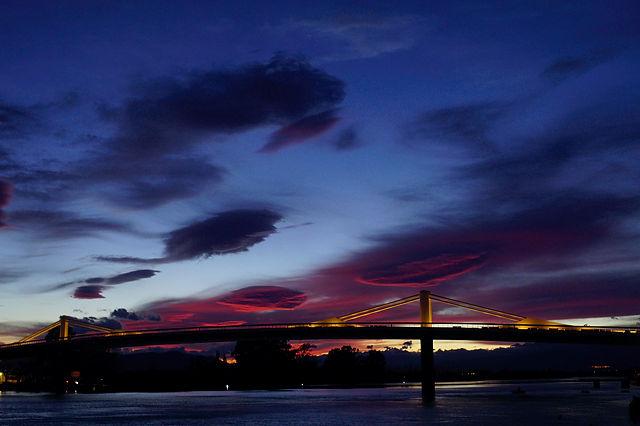 Abendhimmel über der Brücke zwischen Deltebre und St.Jaume