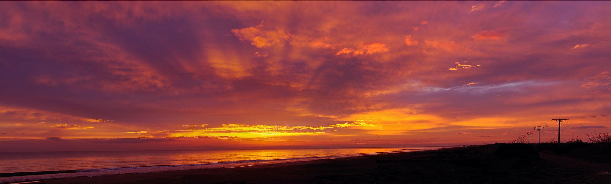 Morgen, heute ~ vor Sonnenaufgang, der Himmel über dem Meer