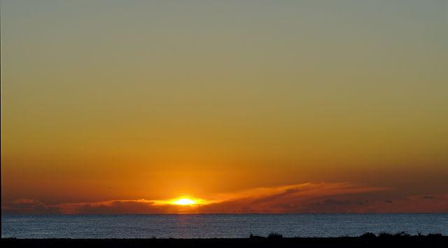 das erste Blinzeln über dem Horizont ~ Sonnenaufgang über dem Meer