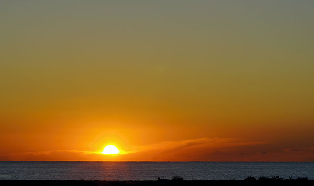auftauchend aus dem Dunst ~ Sonnenaufgang über dem Meer