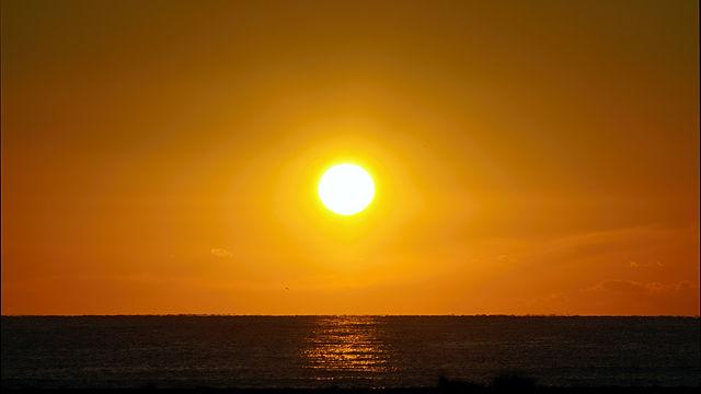voll da im morgendlichen Gold! ~ Sonnenaufgang über dem Meer