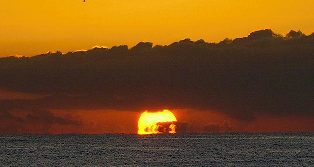 Sonnenaufgang I ~ eingeklemmt zwischen Horizont und Wolkenbank, näher dran