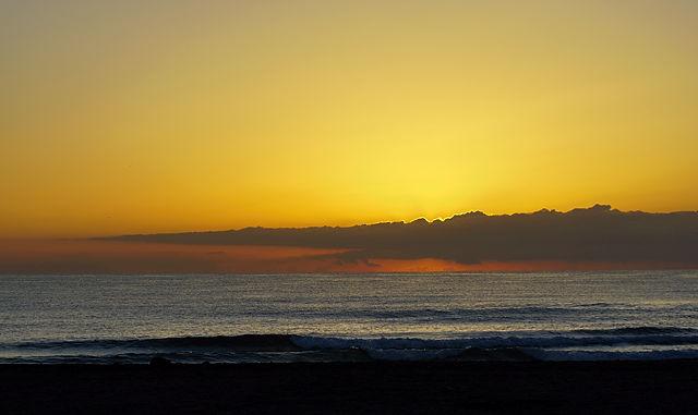 Sonnenaufgang I ~ eingeklemmt zwischen Horizont und Wolkenbank