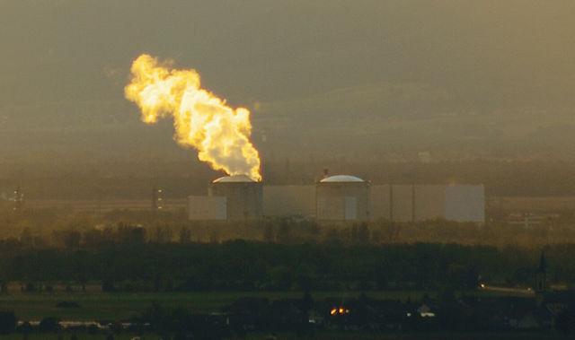 Näher: Notaus in Fessenheim am 20.10.2010 ~ die Dampfwolke über dem Kraftwerk leuchtet in der Abendsonne