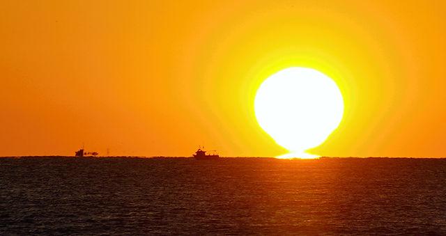 Ausschnitt: Sonnenaufgang mit Fischerbooten zur Hebung der Romantik